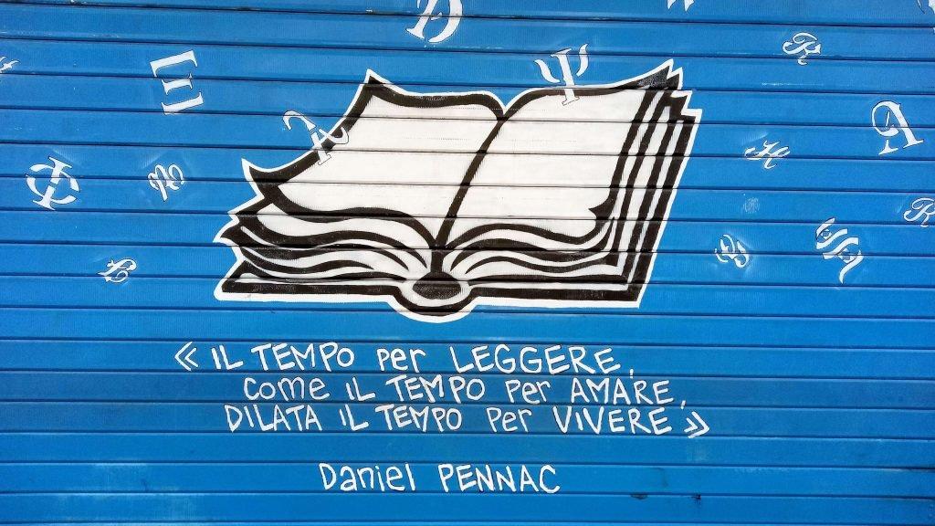 Leggere saggi: Bellissima saracinesca di una libreria di Monteverde a Roma